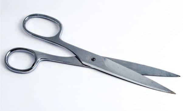 Il segreto delle forbici aperte sotto il materasso