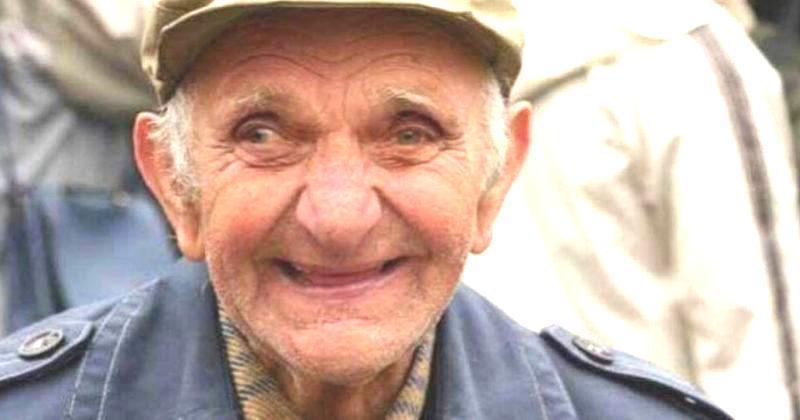 Anziano ruba del cibo in un supermercato
