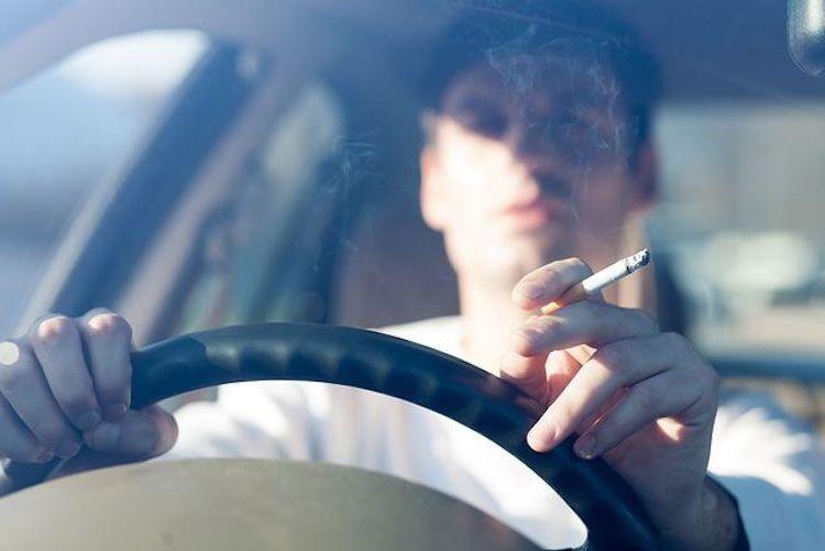 pena per chi fuma macchina