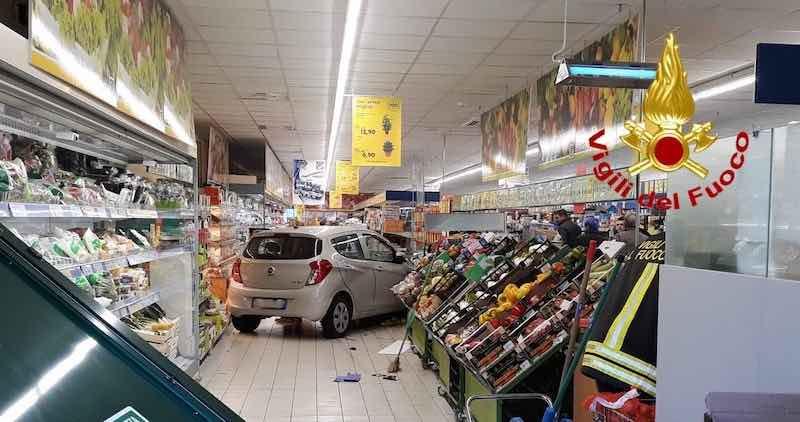 auto nel supermercato