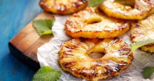 Ananas con cannella cucinata in forno