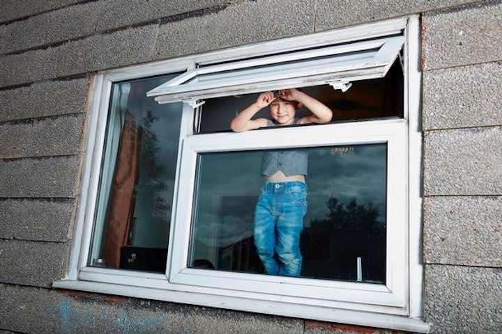 bambino sulla finestra