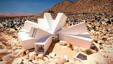 Photo of Un uomo crea una casa di lusso a forma di fiore in mezzo al deserto utilizzando solo dei semplici container