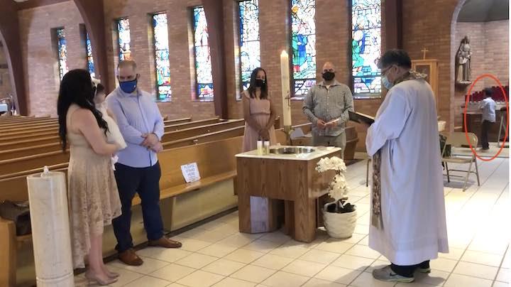 Un prete scaccia un ragazzo autistico dal battesimo