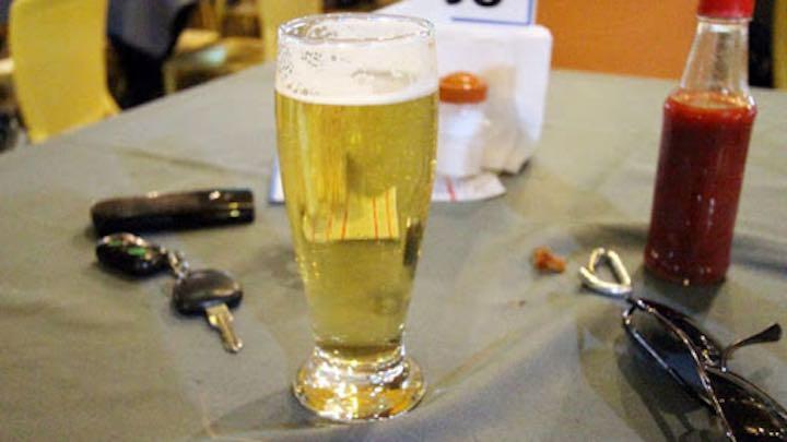 bere una birra ad un bar