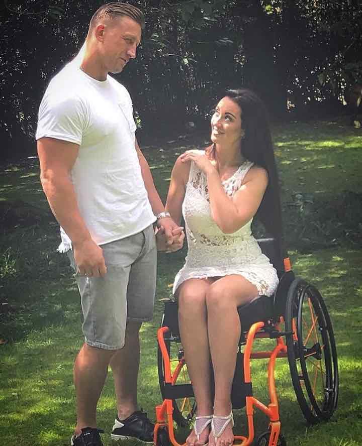 Rimane paralizzata ed il marito la lascia