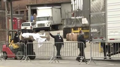 Photo of 650 cadaveri di persone morte nel corso della prima ondata di Covid-19 giacciono ancora oggi in camion frigoriferi