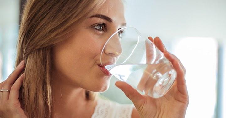 Pressione alta, come abbassarla naturalmente bevendo acqua