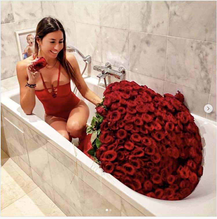 Elisabetta Gregoraci un ammiratore segreto le manda 300 rose rosse